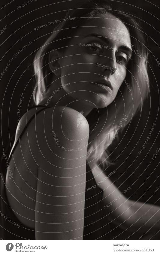 Hochformat-Silhouette feminin Junge Frau Jugendliche Erwachsene Gesicht Arme 1 Mensch 18-30 Jahre blond langhaarig berühren Denken Blick sitzen elegant schön