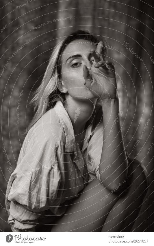 Porträt Lifestyle schön Haut Gesicht feminin Junge Frau Jugendliche Erwachsene 1 Mensch 18-30 Jahre Mode Hemd blond langhaarig genießen Blick sitzen ästhetisch