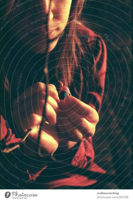 in your hands Natur Jugendliche Hand rot Pflanze ruhig feminin Traurigkeit Denken träumen warten außergewöhnlich Finger ästhetisch Junge Frau Sträucher