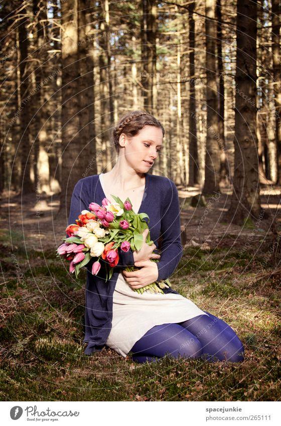 Flowers in the woods (2) Mensch feminin Junge Frau Jugendliche 1 18-30 Jahre Erwachsene Natur Landschaft Sonnenlicht Frühling Baum Blume Sträucher Tulpe träumen