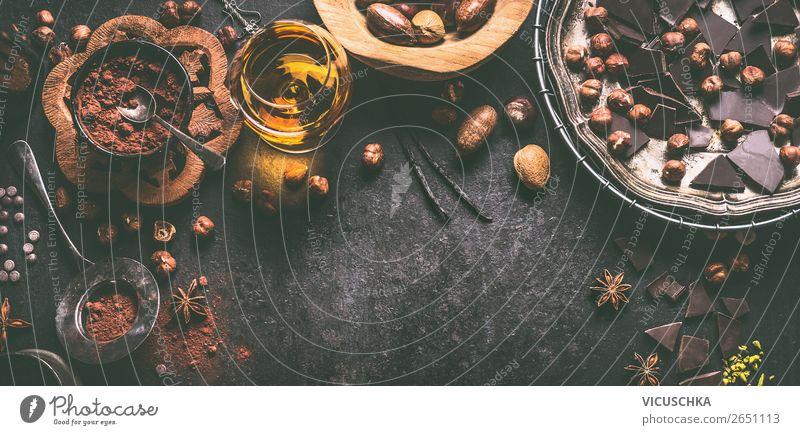 Schokolade, Nüsse und Gewürze auf dunklem Hintergrund Lebensmittel Dessert Süßwaren Ernährung Festessen Kakao Geschirr Stil Design Tisch Küche Hintergrundbild