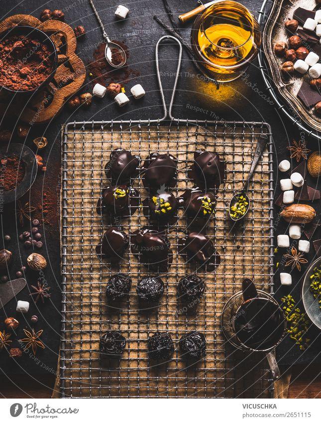 Handgemachte Pralinen und Trüffel Lebensmittel Süßwaren Schokolade Ernährung Festessen Bioprodukte Vegetarische Ernährung Kakao Geschirr Stil Design