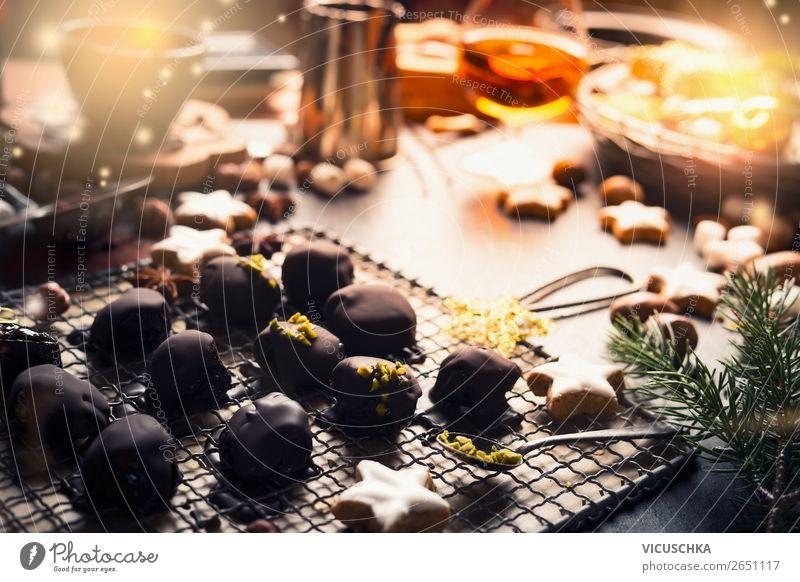 Weihnachten. Stillleben mit Schokoladen Pralinen Lebensmittel Süßwaren Ernährung Festessen Geschirr Design Winter Häusliches Leben Tisch Feste & Feiern