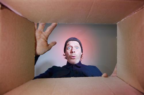 Mann packt Karton aus Mensch maskulin Erwachsene Gesicht 1 45-60 Jahre Mütze Vorfreude Leben packen Packung Paket Versandhandel onlineversand Geschenk