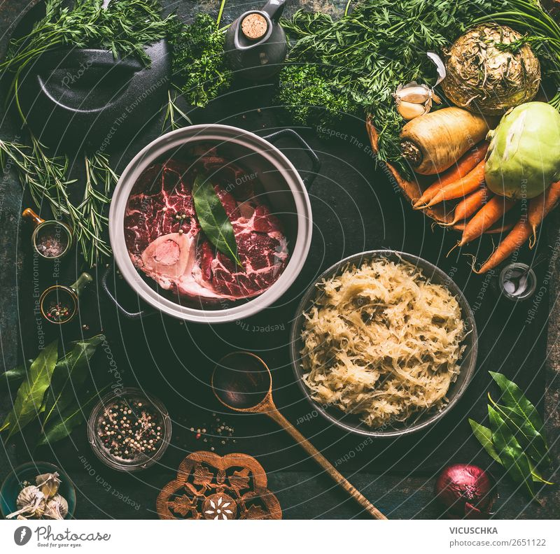 Rinder Beinscheibe in Topf mit Gemüse auf dem Küchentisch Lebensmittel Fleisch Kräuter & Gewürze Ernährung Abendessen Bioprodukte Diät Slowfood Geschirr