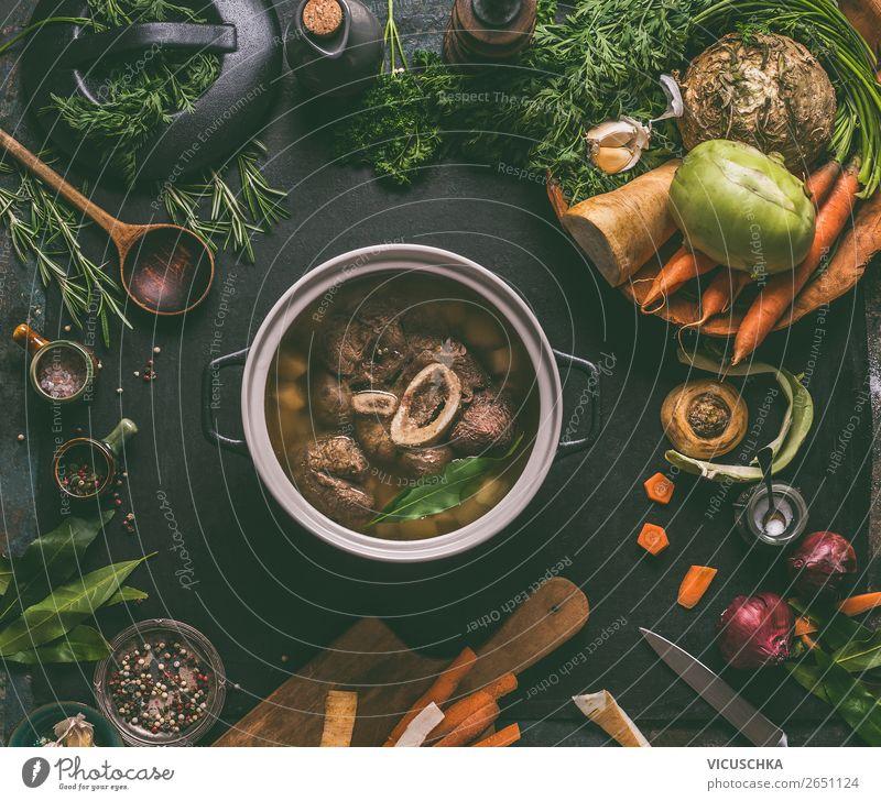 Gekochtes Rindfleisch mit Knochen im Kochtopf Lebensmittel Fleisch Gemüse Suppe Eintopf Kräuter & Gewürze Ernährung Mittagessen Abendessen Bioprodukte Diät