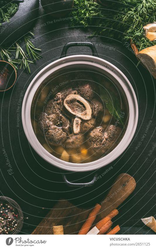 Rinderbrühe in Kochtopf mit gekochte Rinder Beinscheibe Lebensmittel Fleisch Gemüse Kräuter & Gewürze Ernährung Mittagessen Abendessen Bioprodukte Geschirr Topf