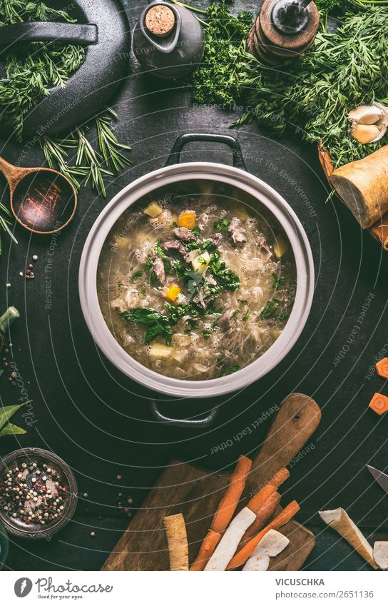 Kohlsuppe mit Fleisch im Topf Lebensmittel Gemüse Suppe Eintopf Kräuter & Gewürze Ernährung Mittagessen Abendessen Bioprodukte Diät Geschirr Löffel Stil Design