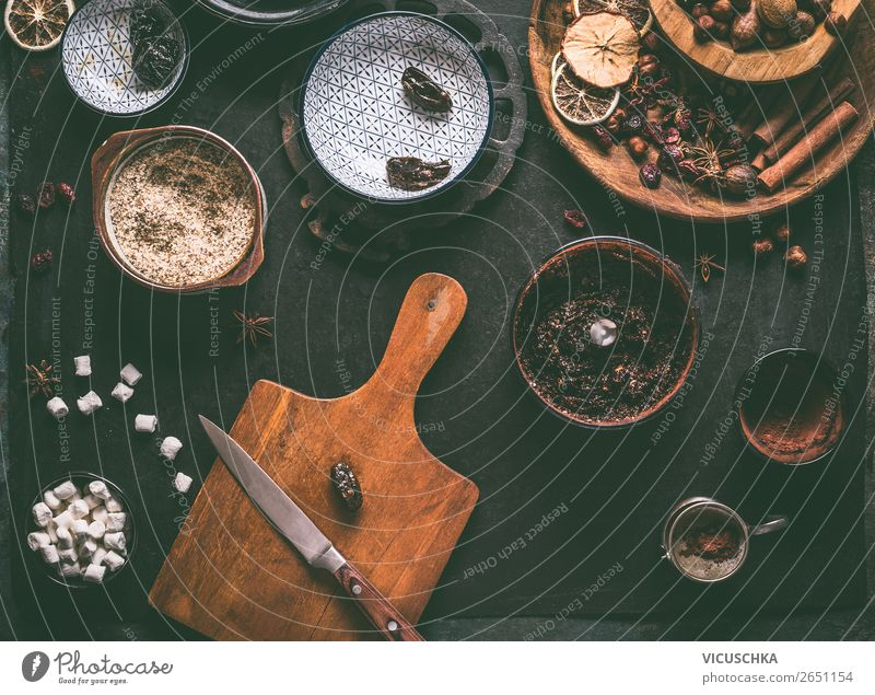 Getrocknete Früchte und Nüsse auf Küchentisch Lebensmittel Frucht Süßwaren Schokolade Ernährung Geschirr Stil Design Gesundheit Gesunde Ernährung Tisch