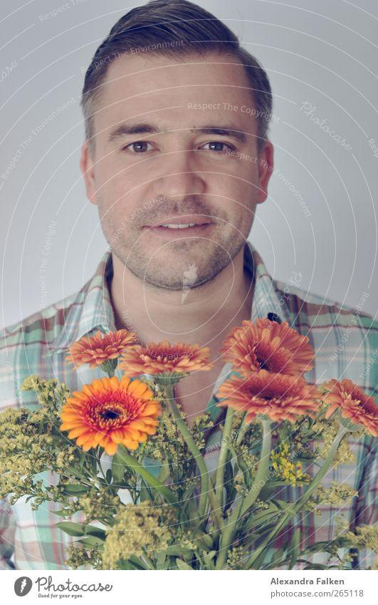 Blumenboy Mensch Mann Pflanze Blume Erwachsene Liebe Gefühle Freundschaft Feste & Feiern Geburtstag maskulin Geschenk Romantik Lächeln Kitsch Freundlichkeit
