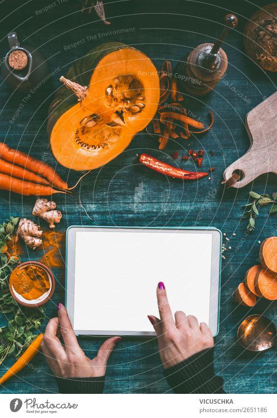 Weibliche Hand mit Tabletten-PC,Kürbis und Lebensmittel Gesunde Ernährung Foodfotografie Hintergrundbild feminin Stil Häusliches Leben Design Computer Finger
