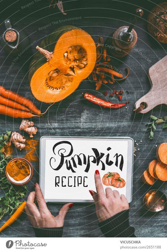 Hände mit Kürbis Rezepte on Tablet PC Lebensmittel Gemüse Kräuter & Gewürze Ernährung Mittagessen Abendessen Festessen Bioprodukte Vegetarische Ernährung Diät