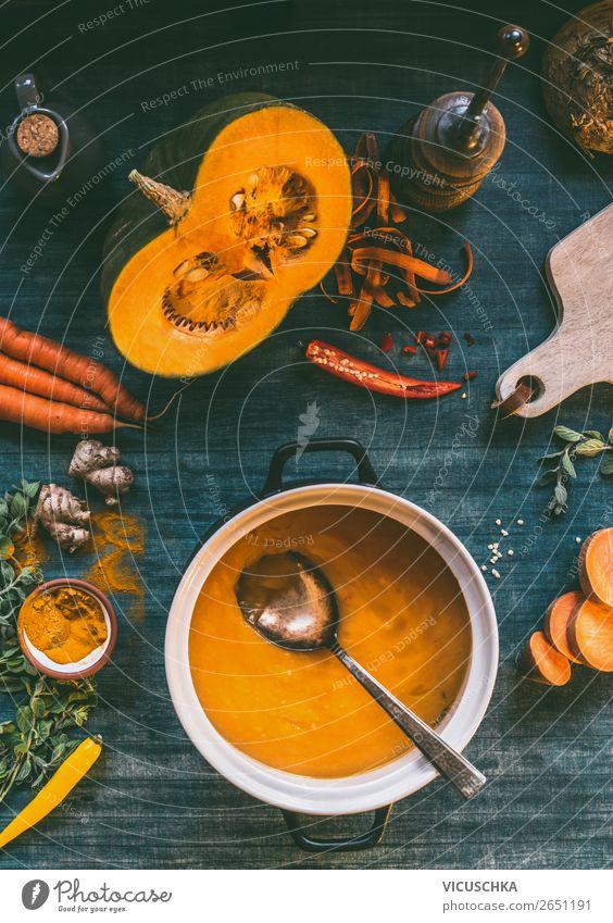 Kürbis Suppe im Topf auf Küchentisch Lebensmittel Gemüse Eintopf Kräuter & Gewürze Ernährung Mittagessen Abendessen Bioprodukte Vegetarische Ernährung Diät
