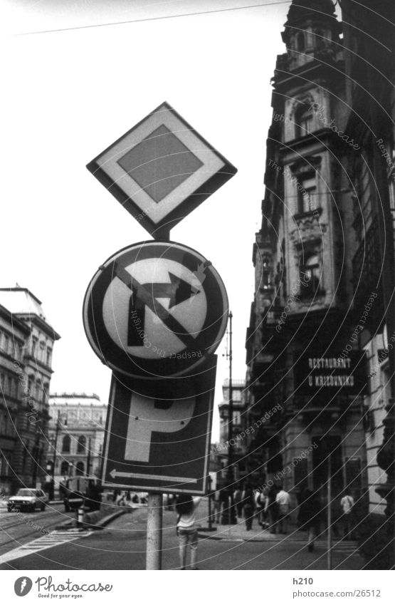 schild_prag Schilder & Markierungen Verkehr Europa Schwarzweißfoto Straße Häuser...
