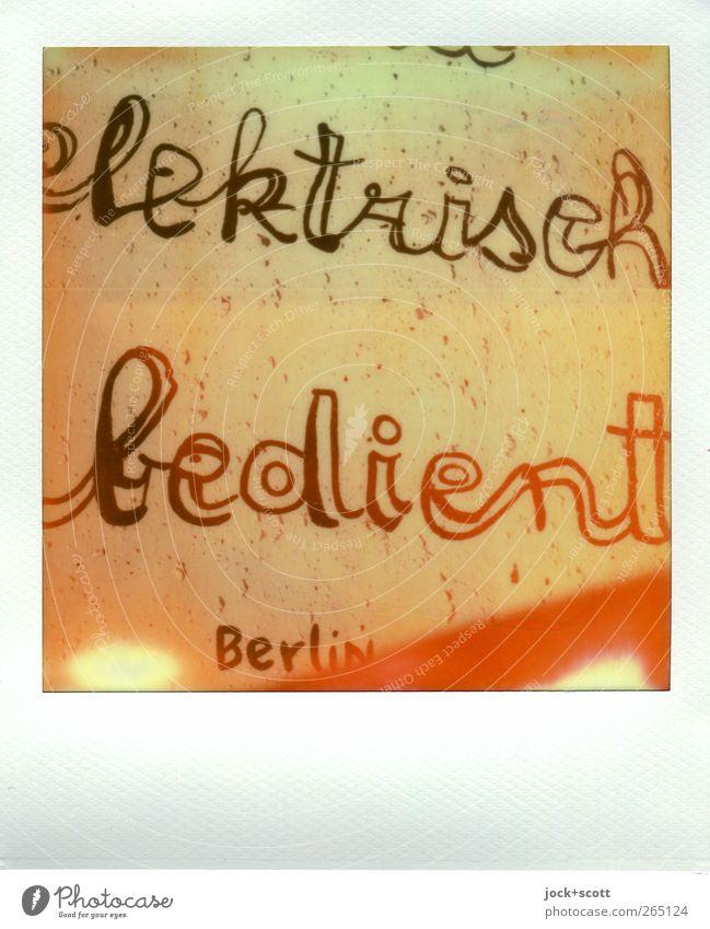 elektrisch bedient steht auf der Berliner Mauer Stil Streifen lesen positiv trashig braun Kreativität Kunst Farbfehler Versuch fehlerhaft Aussage Comic