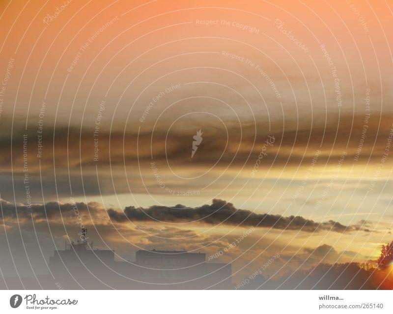 Stadtlandschaft mit Wolken und Nebel Hochhaus Plattenbau Himmel Horizont Sonnenaufgang Sonnenuntergang Haus Bauwerk Gebäude Antenne Abenddämmerung Menschenleer