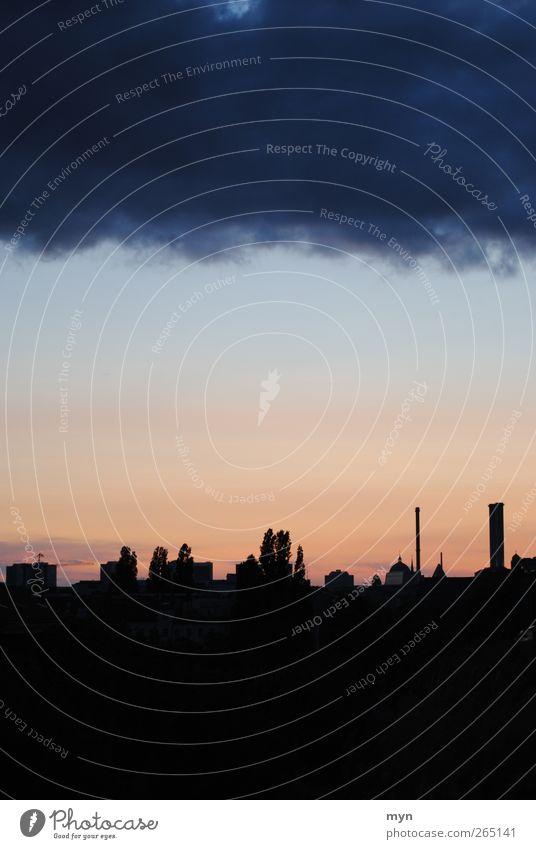 Heiter bis wolkig Himmel Stadt Wolken Haus dunkel Berlin Architektur Gebäude Traurigkeit Horizont Wetter Angst Klima außergewöhnlich Häusliches Leben bedrohlich