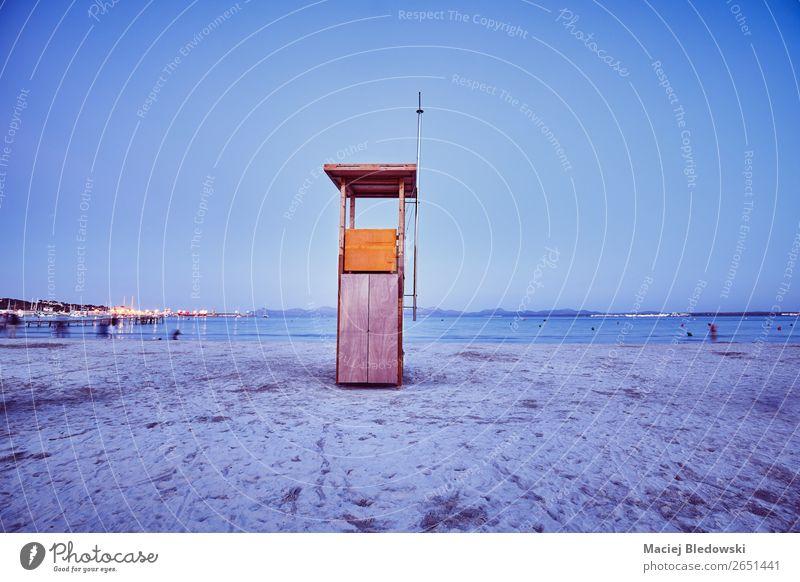 Retro getontes Bild eines Rettungsschwimmturms bei Einbruch der Dunkelheit. Ferien & Urlaub & Reisen Tourismus Freiheit Sommer Sommerurlaub Strand Meer Sand