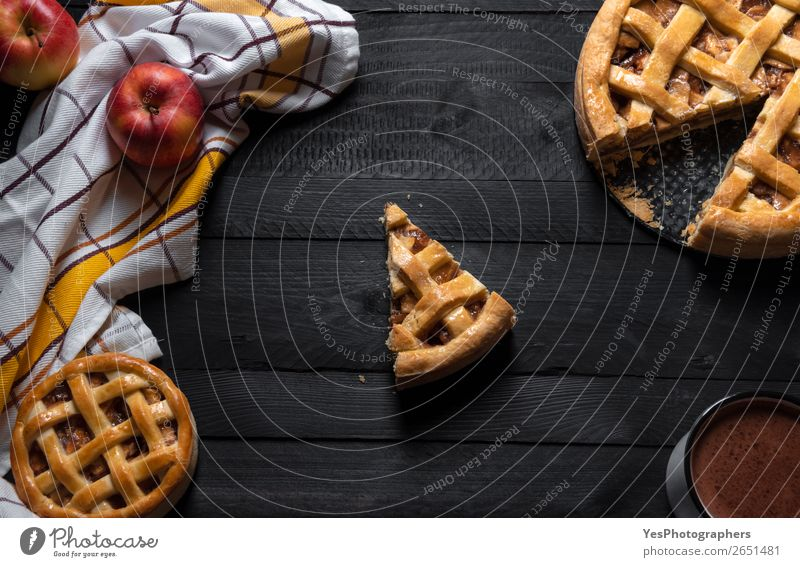 Apfelkuchen und eine Scheibe in der Mitte. Draufsicht. Süßgebäck Kuchen Dessert Süßwaren Frühstück Kakao Winter Tisch Erntedankfest Weihnachten & Advent süß