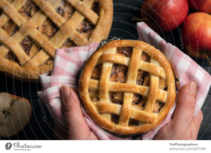 Hausgemachter Apfelkuchen in Händen gehalten. Obige Ansicht. Kuchen Dessert Erntedankfest Weihnachten & Advent Tradition obere Ansicht Amerikaner Apfelfrüchte