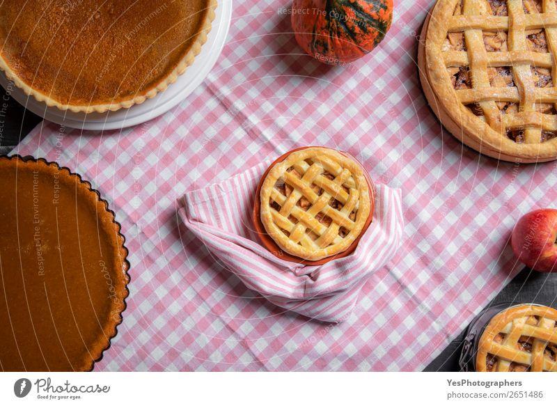 Mini-Apfelkuchen, umgeben von verschiedenen Kuchen. Lebensmittel Dessert Süßwaren Tisch Küche Feste & Feiern Erntedankfest Weihnachten & Advent außergewöhnlich