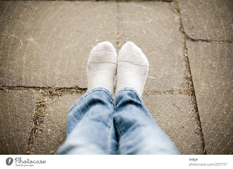 Montag - Ruhetag! Lifestyle ruhig Freizeit & Hobby Ferien & Urlaub & Reisen Leben Fuß 1 Mensch Platz Terrasse Jeanshose Strümpfe sitzen warten kuschlig Wärme