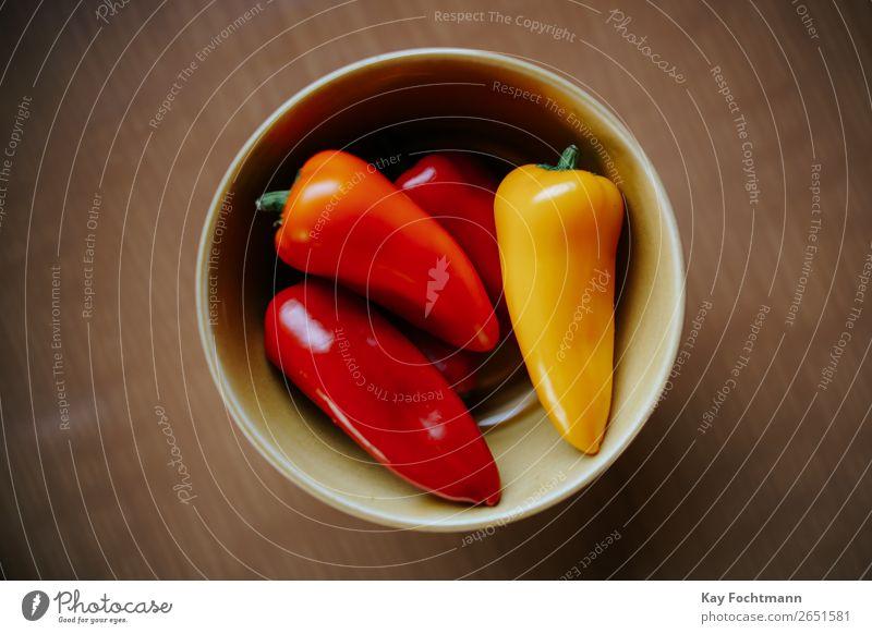 Schale mir roten und gelben Paprika Farbe Gesundheit Lebensmittel natürlich braun Ernährung frisch Tisch genießen Gemüse rein Bioprodukte Vegetarische Ernährung