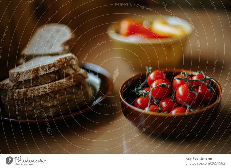 Teller mit Brotscheiben und Schüssel mit Kirschtomaten Gesunde Ernährung Gesundheit Lebensmittel natürlich braun Zufriedenheit frisch Tisch lecker Gemüse rein