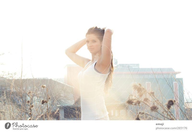 white feminin Junge Frau Jugendliche 1 Mensch 18-30 Jahre Erwachsene schön Farbfoto Außenaufnahme Textfreiraum oben Tag Licht Sonnenlicht Sonnenstrahlen