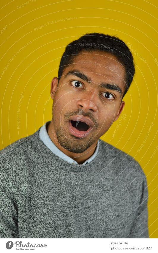 Huch?! Mensch Jugendliche Mann Junger Mann 18-30 Jahre Erwachsene gelb Gefühle Kopf braun grau maskulin Überraschung schwarzhaarig Locken Pullover