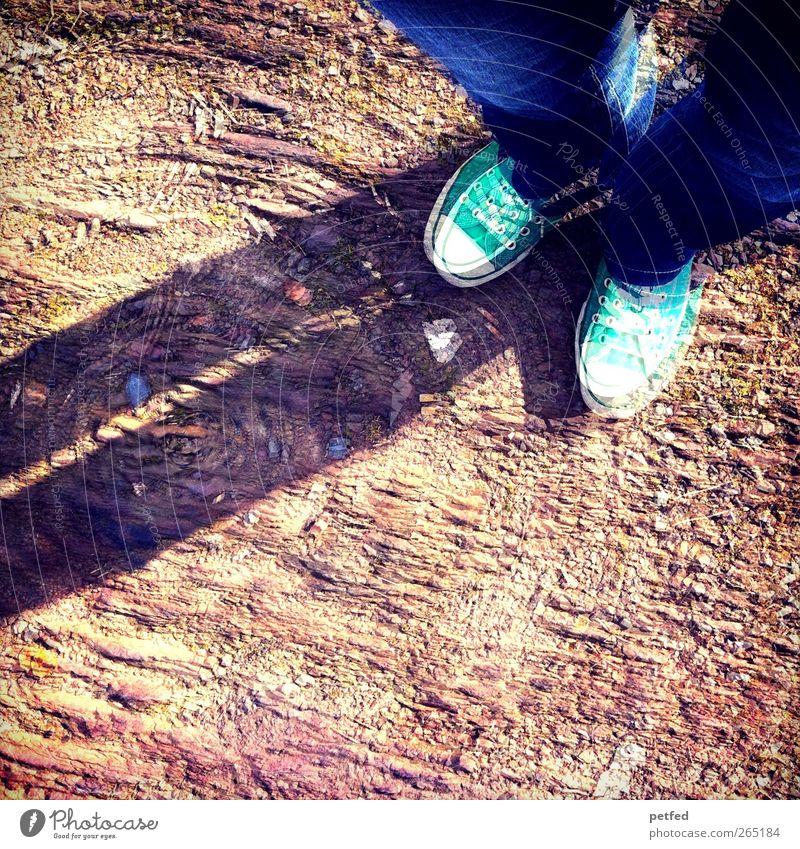 Unsicherheit Natur blau grün Stein Beine Fuß Erde braun Feld stehen Jeanshose trocken Doppelbelichtung Turnschuh Lomografie