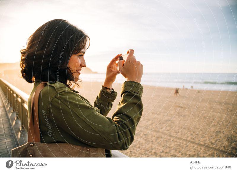 Frau Ferien & Urlaub & Reisen schön grün Landschaft Meer Strand Erwachsene Herbst Glück Freizeit & Hobby Technik & Technologie Lächeln Fotografie Telefon