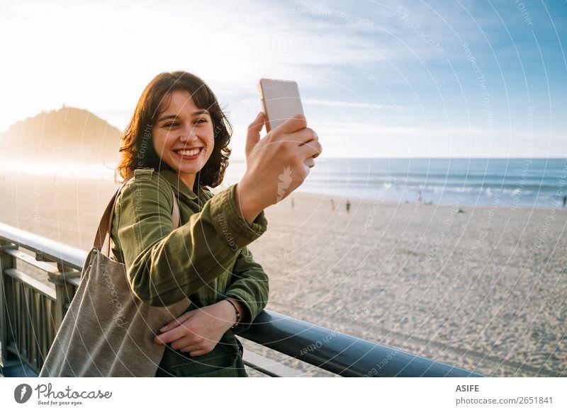 Glückliche Touristenfrau nimmt Selfie mit ihrem Smartphone mit. schön Freizeit & Hobby Ferien & Urlaub & Reisen Strand Meer Telefon Handy PDA
