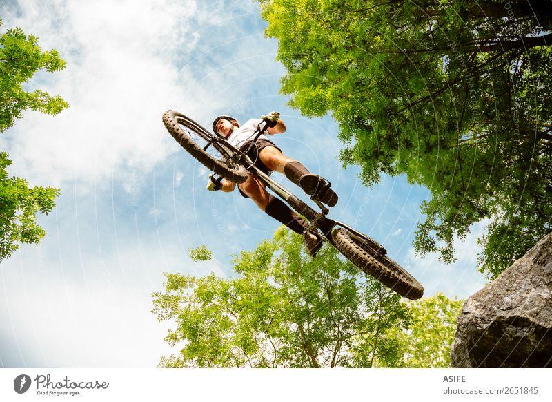 Radfahrer Extremsprung von einem Felsen aus Freiheit Sommer Berge u. Gebirge Sport Fahrradfahren Mann Erwachsene Natur Baum Wald springen frei stark Reiter