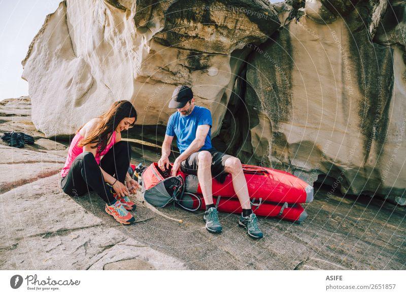 Junges Paar bereitet sich auf das Klettern vor Freude Freizeit & Hobby Abenteuer Meer Berge u. Gebirge wandern Sport Bergsteigen Frau Erwachsene Mann Partner