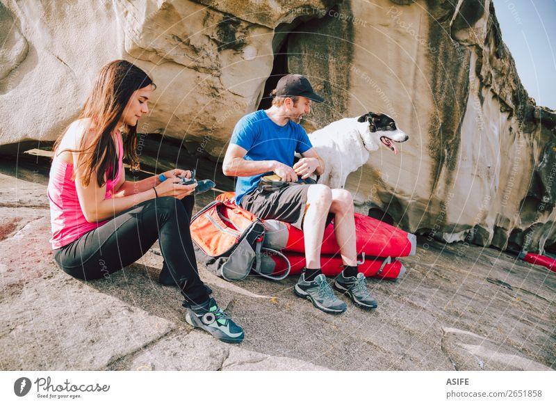Junge Kletterer ziehen Kletterschuhe an. Freude Freizeit & Hobby Abenteuer Meer Berge u. Gebirge wandern Sport Klettern Bergsteigen Frau Erwachsene Mann Paar