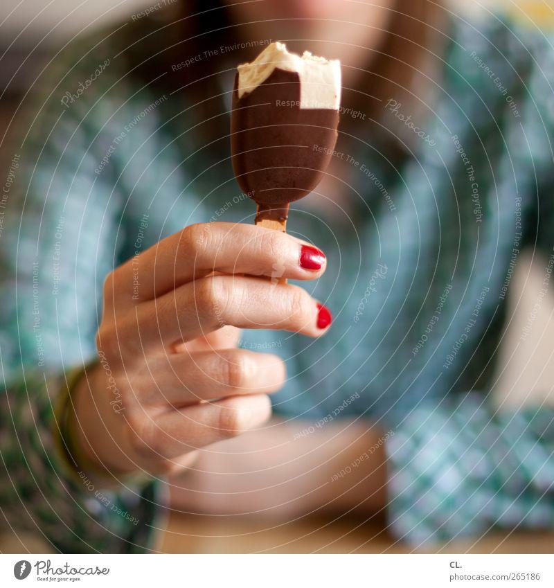 eis Ernährung Essen Nagellack Mensch feminin Junge Frau Jugendliche Erwachsene Hand Finger 1 genießen lecker süß Lebensfreude Ferien & Urlaub & Reisen Speiseeis