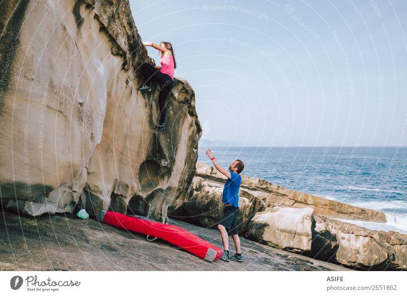 Kletterer klettern an der Küste auf Klippen. Freude Freizeit & Hobby Abenteuer Meer Berge u. Gebirge wandern Sport Klettern Bergsteigen Frau Erwachsene Mann