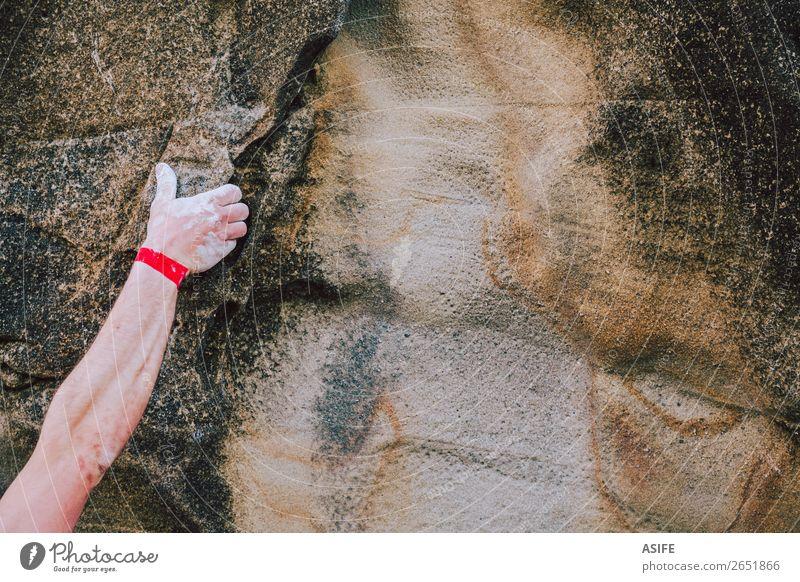 Arm eines Kletterers, der die Risswand greift. Freude Freizeit & Hobby Abenteuer Berge u. Gebirge wandern Sport Klettern Bergsteigen Mann Erwachsene Arme Hand