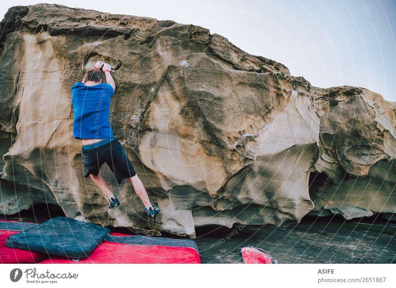 Junger Kletterer Mann Bouldering Freude Glück Freizeit & Hobby Abenteuer Meer Berge u. Gebirge wandern Sport Klettern Bergsteigen Erwachsene Natur Felsen Küste