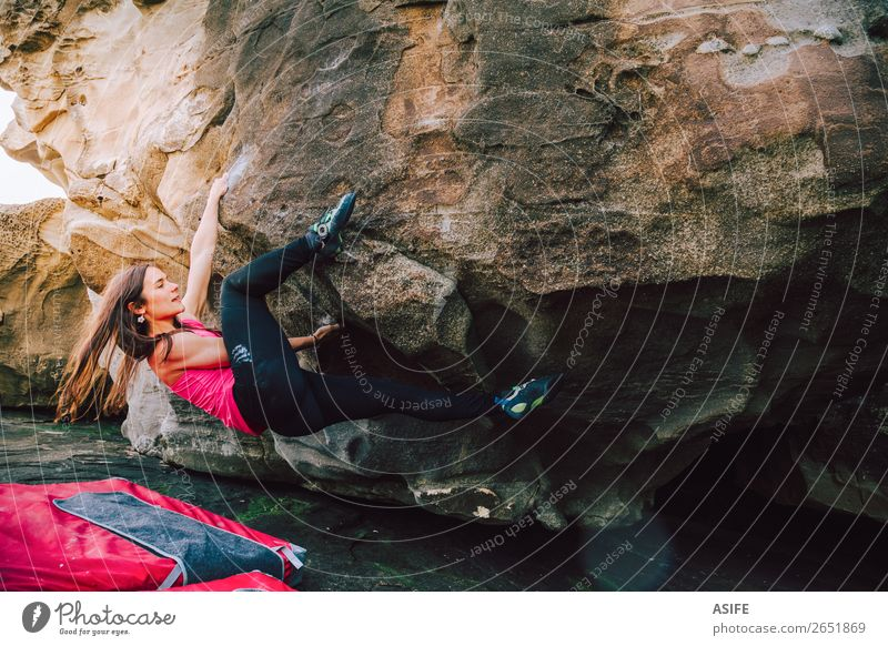 Mutige junge Klettererin Freude Glück schön Freizeit & Hobby Abenteuer Meer Berge u. Gebirge wandern Sport Klettern Bergsteigen Frau Erwachsene Natur Felsen