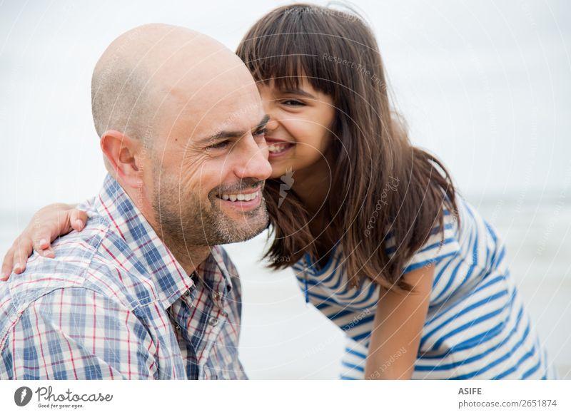 Spaß mit Papa Freude Glück schön Strand Meer Kind Eltern Erwachsene Vater Familie & Verwandtschaft Freundschaft Wolken Glatze Lächeln lachen Liebe Umarmen