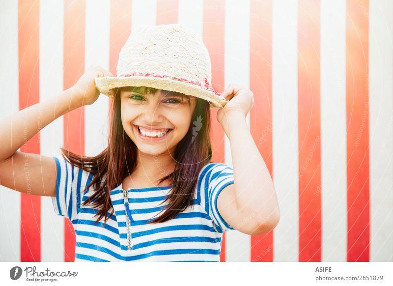 Glückliches kleines Mädchen bereit für den Urlaub schön Ferien & Urlaub & Reisen Sommer Strand Kind Kleid Hut brünett Lächeln lachen lustig niedlich blau rot
