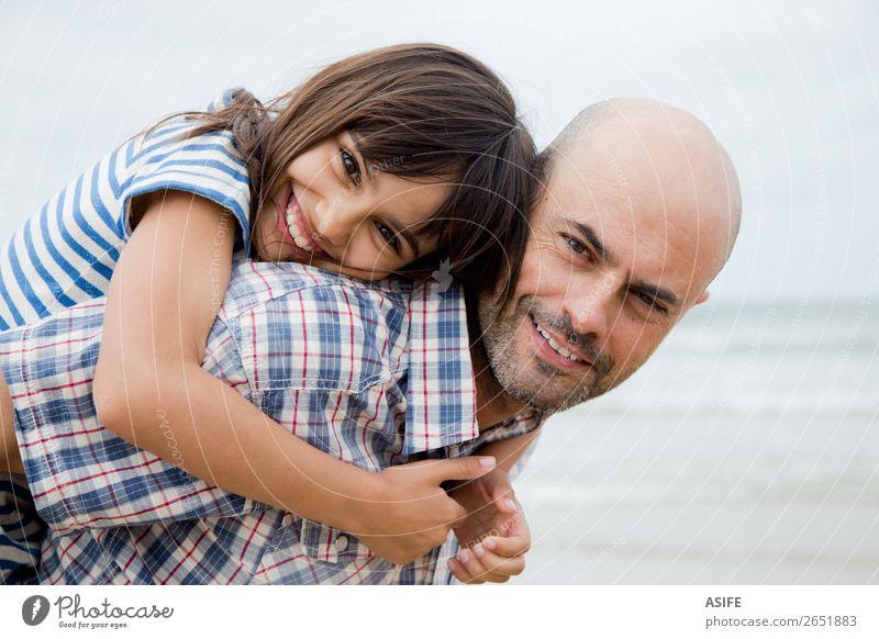 Schönes Vater-Tochter-Porträt Freude Glück schön Strand Meer Kind Eltern Erwachsene Familie & Verwandtschaft Wolken Glatze Lächeln lachen Liebe Umarmen