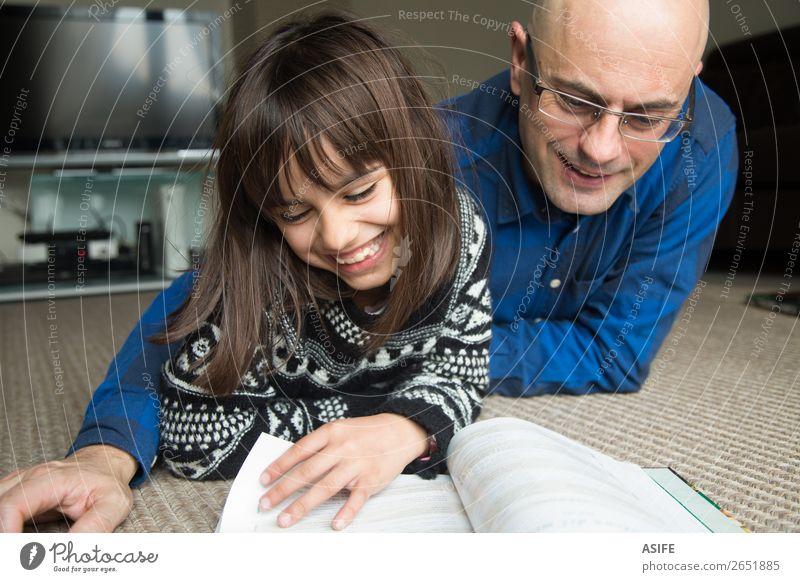 Spaß mit Papa Lifestyle Freude Glück Freizeit & Hobby lesen Wohnzimmer Kindererziehung Schule Eltern Erwachsene Vater Familie & Verwandtschaft Freundschaft
