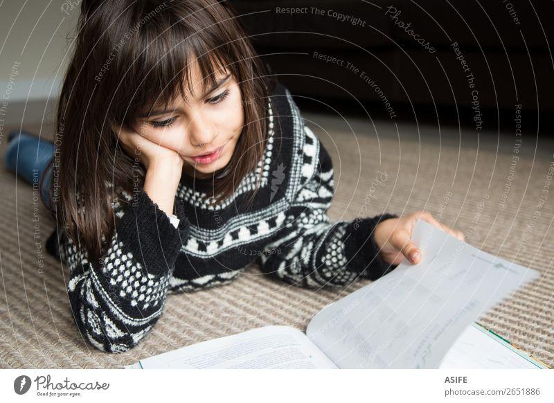 Kleines Mädchen beim Lesen eines Buches Lifestyle Freude Glück schön Erholung Freizeit & Hobby lesen Kind Schule Mensch Frau Erwachsene Familie & Verwandtschaft