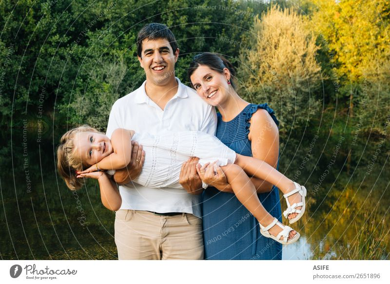 Frau Kind Natur Mann Sommer schön grün Freude Lifestyle Erwachsene Leben Liebe Familie & Verwandtschaft lachen Glück Spielen