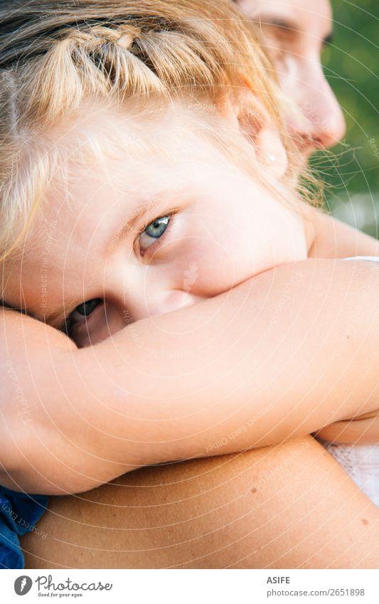 Kleines Mädchen im Arm der Mutter schaut in die Kamera Freude Glück Sommer Kind Baby Kleinkind Frau Erwachsene Eltern Familie & Verwandtschaft Kindheit Arme