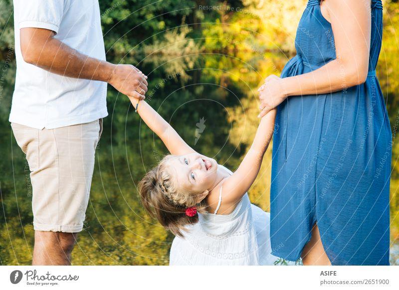 Frau Kind Natur Mann Sommer schön grün Hand Freude Lifestyle Erwachsene Leben Liebe Familie & Verwandtschaft Glück Spielen