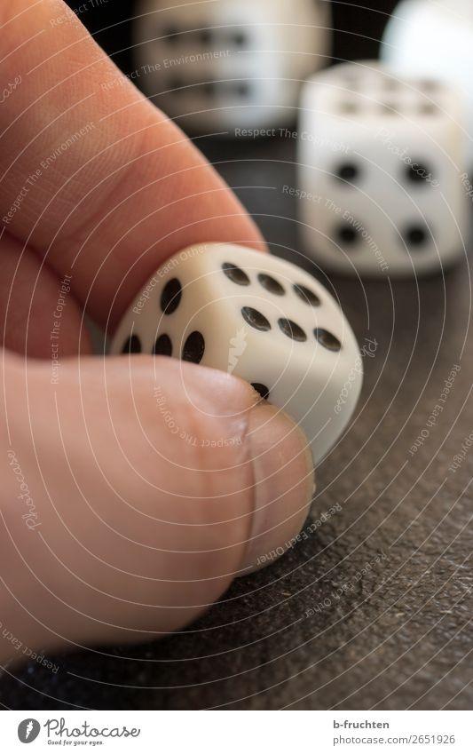 Würfelglück Glück Glücksspiel Hand Finger berühren Bewegung festhalten Spielsucht würfeln 6 Ziffern & Zahlen Spielkasino Würfelspiel Spieler verlieren Erfolg